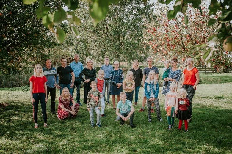 Familieportret in Friesland door Nickie Fotografie.