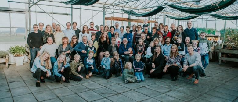Familieportret bij zorgboerderij Zo goed al, door Nickie Fotografie