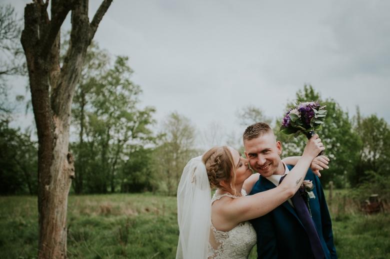 blije bruid en bruidegom