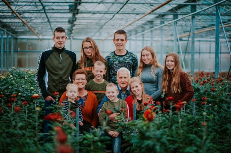 Familieportret in kas door Nickie Fotografie.