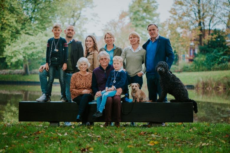 Familieportret in Dokkum door Nickie Fotografie.