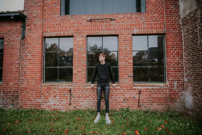 Jongens tienerportret in dokkum door Nickie Fotografie.